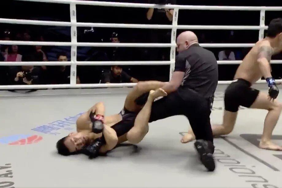peleador ataca a al referi